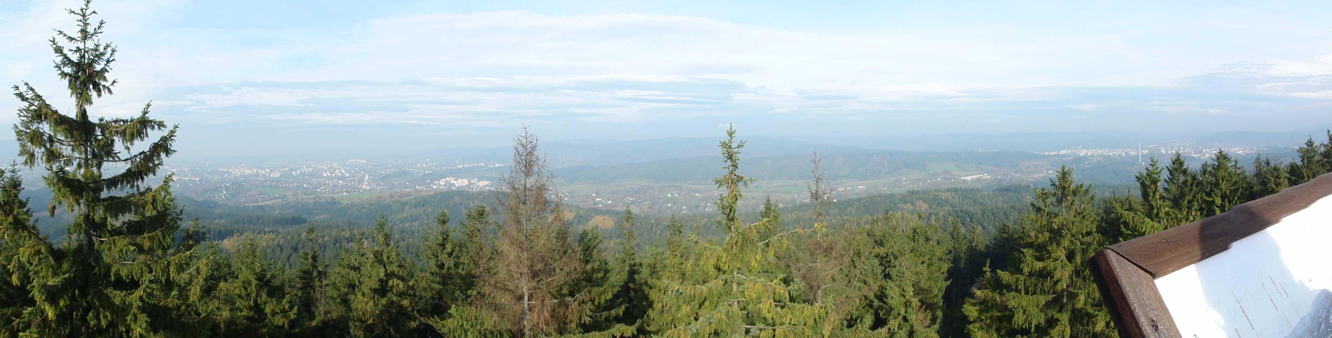 Vlevo Liberec, vpravo Jablonec nad Nisou (výhled z rozhledny Císařský kámen)