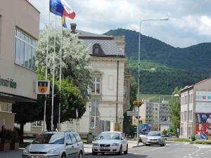 Pohled ulicí Osvoboditelů na Lovoš (570 m, chata KČT na vrcholu je z roku 1924)...