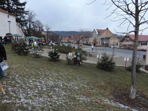 Konala se tady i soutěž ve zdobení vánočních stromků a probíhal knoflíkový trh (v pozadí)