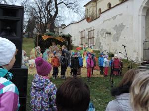 U dřevěného betlému vystupovali žáci MŠ