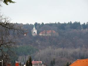 Trochu rozmazaná Skalka nad Mníškem (553 m, poutní místo z konce 17.st. s kostelíkem sv. Máří Magdalény, klášterem, poustevnou a křížovou cestou)