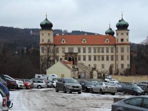 Zámek v Mníšku je ze 17.st. (architekt C.Lurago), stojí ale na místě středověké tvrze, postavené na Zlaté stezce (z Bavor do Prahy)