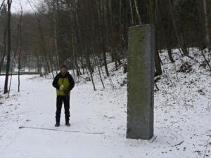 Tento kamenný obelisk stojí v místě průsečíku 50. rovnoběžky nedaleko od rybníka Jureček. Proříznutý průzor je v ose rovnoběžky. Průběh 50. rovnoběžky pak naznačuje žulový práh přes cestu. (komentář je z mapy.cz)