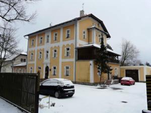 Nedaleko od kostela v Mukařově je Domov pro seniory kardinála Berana