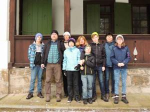Skupinové foto před loveckým srubem