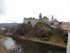 Hrad Loket focený z mostu TGM. Hrad byl založen v 1.pol. 13.st. Rozšířen byl za Jana Lucemburského, přestavěn v letech 1434-1547, v letech 1792-1948 zde byla věznice
