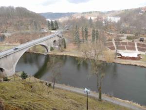 Most TGM přes řeku Ohři je z roku 1936, vpravo je vidět loketský amfiteátr