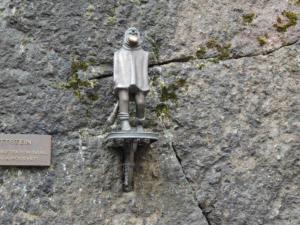 """Gottstein (""""vládce loketských skal, kamenů a podsvětí"""") se hladí po bradce, plní přání"""