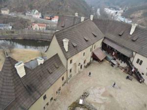 Hradní nádvoří focené z hradní věže
