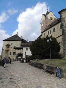 Hradní brána s budovou markrabství (vlevo, původní jsou z ní pouze základy, budova v roce 1725 vyhořela)